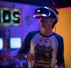 Pojke som använder VR